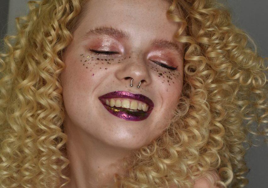 Необычный мейкап от Style Wizard - накрученные волосы и солнечный яркий вечерний макияж. Визажист Диана Кулькова - Киев, Печерский район.
